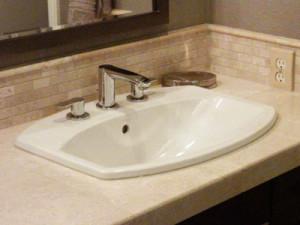 Self-rimming bathtroom sink
