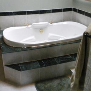 Bath Tub Before Remodel